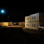 Des conteneurs de l'ONU, dans la base militaire de la Minuss à Malakal. Acheminer l'aide humanitaire est un défi logistique. Le pays est dépourvu d'infrastructures routières er portuaires, les combats rendent inaccessibles des régions entières et la navigation sur le Nil Blanc est devenue impraticable. Des convois de l'Onu ont à plusieurs reprises été attaqués par les belligérants.