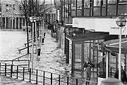 Nederland, Nijmegen, 01-02-1995Eind januari, begin februari 1995 steeg het water van de Rijn, Maas en Waal tot record hoogte van 16,64 m. bij Lobith. Een evacuatie van 250.000 mensen was noodzakelijk vanwege het gevaar voor dijkdoorbraak en overstroming. op verschillende zwakke punten werd geprobeerd de dijken te versterken met zandzakken. Hier aan de Waalkade in Nijmegen.Late January, early February 1995 increased the water of the Rhine, Maas and Waal to a record high of 16.64 meters at Lobith. An evacuation of 250,000 people was needed because of flood risk. At several points people tried to reinforce the dikes with sandbags. Foto: Flip Franssen/Hollandse Hoogte