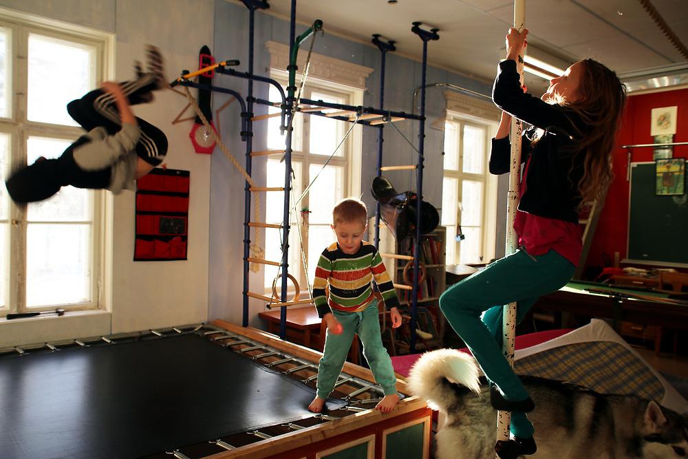 Les enfants de Juha Jarvinen, l'une des 2 000 personnes qui reçoit le revenu de base, chez lui à Kesti