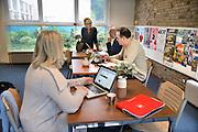 Nederland, Arnhem, 3-10-2012Een ongebruikt lokaal wordt aan ouders verhuurd om dienst te doen als werkruimte op basisschool Heijenoord. De directrice praat met initiatiefnemer Ruud Tuithof.Foto: Flip Franssen/Hollandse Hoogte