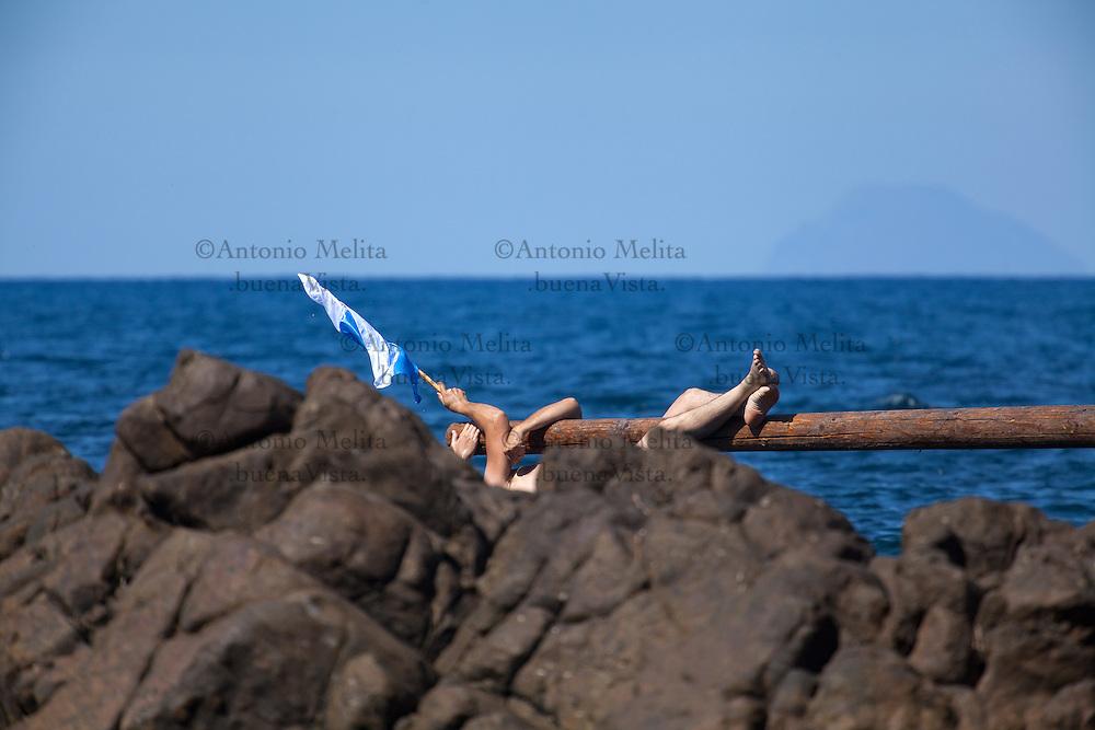 La 'ntinna a mari (antenna a mare) è un gioco tradizionale, che si svolge a Finale di Pollina, in Sicilia, dedicato alla patrona della città, Madonna della Lettera.