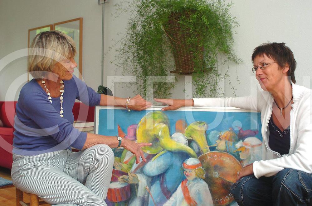 060803,heino,nederland,<br /> mevr van vliet en mevr raaltjes bekijken een schilderij van hun 2en,<br /> fotografiefrankuijlenbroek&copy;2006sanderuijlenbroek