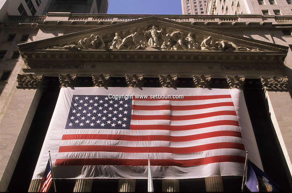 Stock exchange, covered with a giant american  Flag after the terorist attack  on world trade center towers in Manhattan  New york  Usa ///  La Bourse couverte d'un immense drapeau americain, apres l'attaque terroriste sur les tours du world trade center a Manhattan  New york  USA ///  L0006732  /  P104819