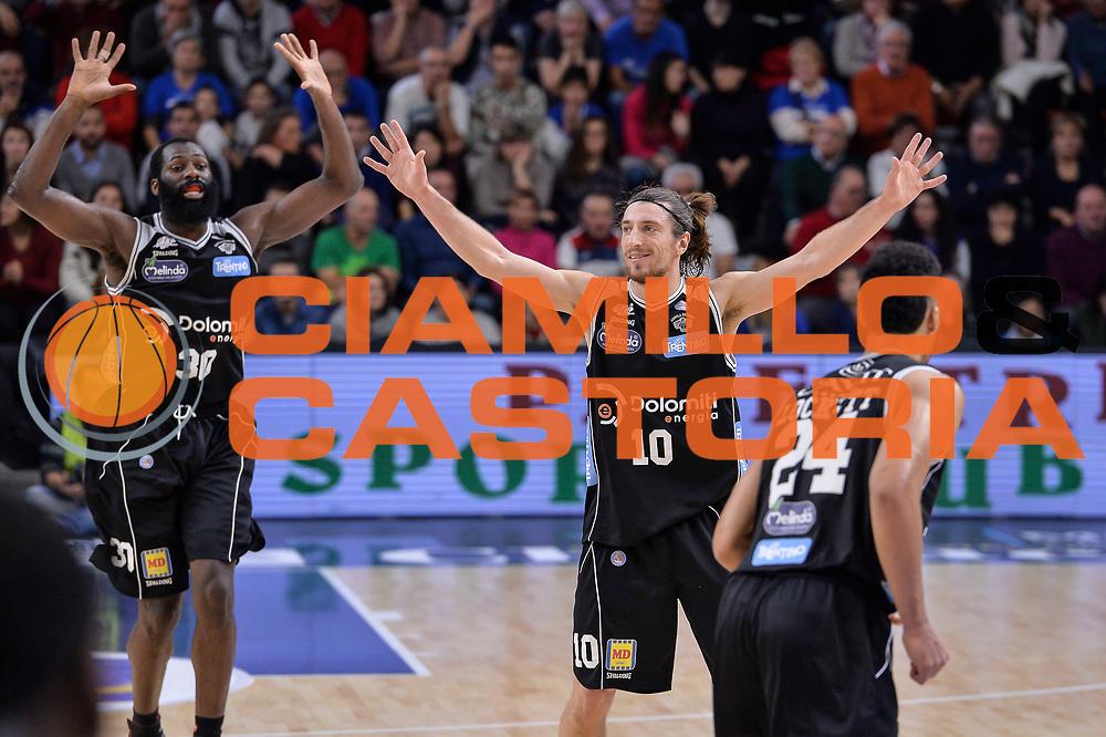 DESCRIZIONE : Campionato 2015/16 Serie A Beko Dinamo Banco di Sardegna Sassari - Dolomiti Energia Trento<br /> GIOCATORE : Julian Wright Toto Forray<br /> CATEGORIA : Ritratto Esultanza Schema Mani<br /> SQUADRA : Dolomiti Energia Trento<br /> EVENTO : LegaBasket Serie A Beko 2015/2016<br /> GARA : Dinamo Banco di Sardegna Sassari - Dolomiti Energia Trento<br /> DATA : 06/12/2015<br /> SPORT : Pallacanestro <br /> AUTORE : Agenzia Ciamillo-Castoria/L.Canu