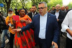 NICOLA LODI ALLONTANA DEI NIGERIANI CHE VOGLIONO SALUTARE SALVINI<br /> MATTEO SALVINI MINISTRO DELL'INTERNO E LEADER LEGA A FERRARA PER SOSTENERE LA CANDIDATURA A SINDACO DI ALAN FABBRI