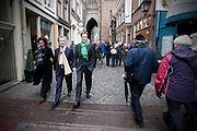 Samen met Roger van Boxtel (tweede van links) loopt Alexander Pechtold door Utrecht. <br /> <br /> Roger van Boxtel and Alexander Pechtold, leaders of the Dutch Democrats D'66, are walking in the center of Utrecht to campaigning for the next elections.