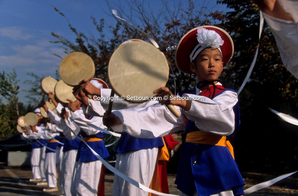 = national traditional dance contest for the school of Korea in Jeonju, farmer traditional dance  Jeonju  Korea   /// concours des écoles de toute la Corée a Jeonju. danse et musique traditionnelle. danse des fermiers.  Jeonju  coree  du sud+