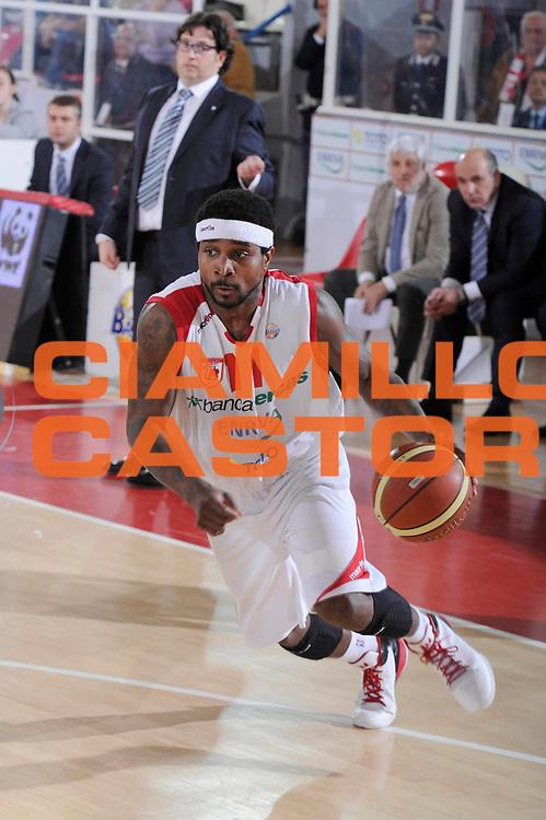 DESCRIZIONE : Teramo Lega A 2011-12 Banca Tercas Teramo Bennet Cantu<br /> GIOCATORE : Dee Brown<br /> CATEGORIA : palleggio penetrazione<br /> SQUADRA : Banca Tercas Teramo<br /> EVENTO : Campionato Lega A 2011-2012<br /> GARA : Banca Tercas Teramo Bennet Cantu<br /> DATA : 31/03/2012<br /> SPORT : Pallacanestro<br /> AUTORE : Agenzia Ciamillo-Castoria/C.De Massis<br /> Galleria : Lega Basket A 2011-2012<br /> Fotonotizia : Teramo Lega A 2011-12 Banca Tercas Teramo Bennet Cantu<br /> Predefinita :