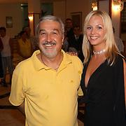 Miss Nederland 2003 reis Turkije, Elise Boulonge met directeur hotel