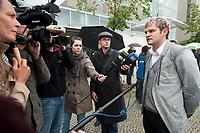 """13 SEP 2010, BERLIN/GERMANY:<br /> Journalisten sprechen mit Jacek Thomas Spendel (?), CDU Mitglied und Sprecher einer Gruppe, die mit Transparenten """"Wenn Christen nicht mehr CDU Waehlen ..."""" """"... wird hier bald Brueroflaeche frei."""" vor Beginn der Sitzung des CDU Praesidiums demonstriert, vor dem Konrad-Adenauer-Haus, der CDU Bundesgeschaeftsstelle<br /> IMAGE: 20100913-01-014<br /> KEYWORDS: Christen, christlich, Religion, religioes, religiös, Demo, Demonstranten, demonstrieren"""