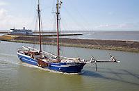 HARLINGEN  - Veerboot Friesland van Rederij Doeksen vaart de haven van Harlingen binnen. Op de voorgrond charter zeilschip Fortuna.   COPYRIGHT KOEN SUYK