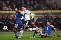 Fussball      EM Qualifikation    17.11.07 Deutschland - Zypern Miroslav KLOSE (Mitte, GER) im Zweikampf mit Paraskevas CHRISTOU (li) und Lambros LAMBROU (re, beide ZYP).