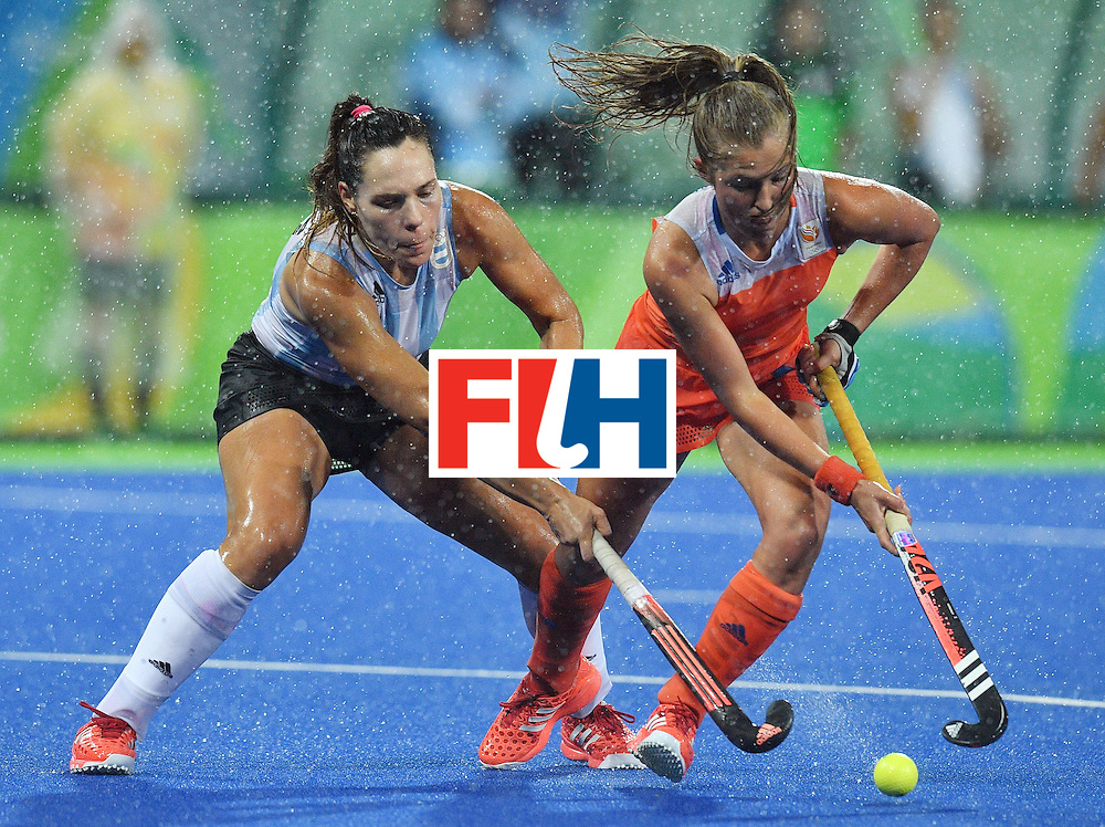 Netherland's Xan de Waard (R) vies with Argentina's Maria Noel Barrionuevo during the women's quarterfinal field hockey Netherlands vs Argentina match of the Rio 2016 Olympics Games at the Olympic Hockey Centre in Rio de Janeiro on August 15, 2016.  / AFP / Carl DE SOUZA        (Photo credit should read CARL DE SOUZA/AFP/Getty Images)