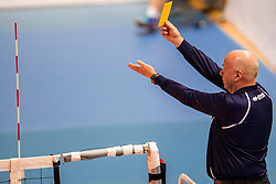 19-02-2017 NED: Bekerfinale Draisma Dynamo - Seesing Personeel Orion, Zwolle<br /> In een uitverkochte Landstede Topsporthal wint Orion met 3-1 de bekerfinale van Dynamo / Scheidsrechter Cor van Gompel geeft de gele kaart