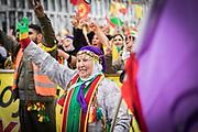 Frankfurt | 18 March 2017<br /> <br /> Am Samstag (18.02.2017) feierten &uuml;ber 30000 Kurden im Rahmen einer Demonstration das kurdische Neujahrsfest Newroz, bei der Demo sprachen sie sich gegen eine Diktatur und f&uuml;r die Freilassung von PKK-F&uuml;hrer Abdullah &Ouml;calan aus.<br /> Hier: Die Kundgebung nach der Demo findet im Europaviertel statt, eine Frau hebt ihre Finger zum Victory-Zeichen.<br /> <br /> photo &copy; peter-juelich.com<br /> <br /> Nutzung honorarpflichtig!
