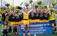 DEN BOSCH - Vreugde bij Den Bosch met in het midden Maartje Paumen,     na de  de tweede finale wedstrijd tussen de vrouwen van Den Bosch en SCHC (2-0)  . links voorzitter Mieke van den Akker-Lathouwers.  COPYRIGHT  KOEN SUYK