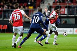 20-10-2009 VOETBAL: AZ - ARSENAL: ALKMAAR<br /> AZ in slotminuut naast Arsenal 1-1 / Robin van Persie probeert een halve omhaal en Kew Jaliens <br /> ©2009-WWW.FOTOHOOGENDOORN.NL