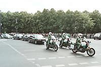 16 JUN 2000, BERLIN/GERMANY:<br /> Polizeimotorräder mit Fahrzeugkolonne, 3. Deutsch - Russischen Regierungskonsultationen<br /> IMAGE: 20000616-03/01-04<br /> KEYWORDS: Dienstwagen, Auto, Kolonne, Car, Staatsbesuch