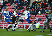 Fotball<br /> FA Cup England 2004/2005<br /> 3. runde<br /> 08.01.2005<br /> Foto: SBI/Digitalsport<br /> NORWAY ONLY<br /> <br /> Sunderland v Crystal Palace<br /> <br /> Crystal Palace's Gabor Kiraly (R) saves an early chance from Sunderland's Andy Welsh (L).
