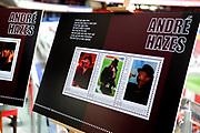 """TNT Post eert Andre Hazes met serie persoonlijke postzegels. Roxeanne en André Jr., de kinderen van André Hazes, hebben vandaag bijzondere postzegels ter ere van hun vader in ontvangst genomen. TNT Post geeft deze postzegels uit ter nagedachtenis aan de vijf jaar geleden onverwacht overleden zanger van het levenslied. """"Als we eraan denken dat papa nu ook nog zijn eigen postzegels heeft, kunnen we ook hier alleen maar weer heel trots op zijn.""""<br />  <br /> Het is vandaag precies vijf jaar geleden dat André Hazes overleed. TNT Post geeft ter nagedachtenis hiervan een postzegelboekje uit met negen persoonlijke postzegels en zijn levensverhaal, geïllustreerd met nooit eerder gepubliceerde foto's. Het boekje bevat bovendien fragmenten van songteksten van André Hazes die kenmerkend zijn voor de wijze waarop de populaire volkszanger in het leven stond. <br /> <br /> op de foto:"""
