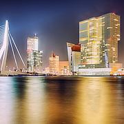 Skyline Rotterdam bij nacht, Erasmusbrug, Maastoren, KPN gebouw en De Rotterdam door Rem Koolhaas