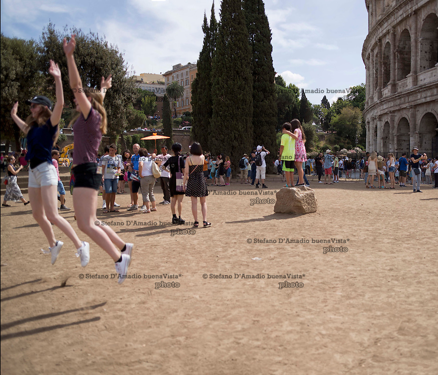 turisti fronte colosseo,<br />