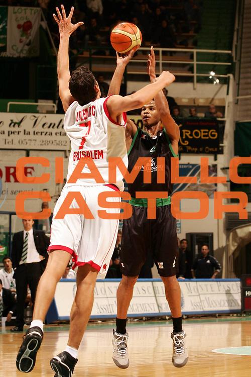 DESCRIZIONE : Siena Uleb Cup 2006-07 Montepaschi Siena Hapoel Migdal Jerusalem <br /> GIOCATORE : Forte <br /> SQUADRA : Montepaschi Siena <br /> EVENTO : Uleb 2006-2007 <br /> GARA : Montepaschi Siena Hapoel Migdal Jerusalem <br /> DATA : 12/12/2006 <br /> CATEGORIA : Tiro <br /> SPORT : Pallacanestro <br /> AUTORE : Agenzia Ciamillo-Castoria/P.Lazzeroni