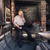 Ein Schmied / Köhler in seiner Hütte beim Königstein Gebirge (Piatra Craiului), Kronstadt (Brasov), Siebenbürgen/Transylvanien, Rumänien