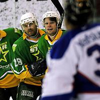 Ishockey , 08. januar 2005 , UPC ligaen , Vålerenga - Manglerud/Star , M/S Tom Cato Myhre og Axel Grusell feirer utligning foran Vålerengas keeper Tyrone Garner