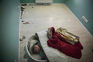 Dilan, el bebe de Cecilia Paredes de dos meses de edad, duerme en una habitacion vacia de muebles momentos antes de ser desahuciado junto a su familia. <br /> Cecilia Paredes, de 43 anos, y su marido Wilson Ruilova, electricista de 35 anos, ambos de Ecuador, tienen tres hijos. No pudieron pagar el alquiler de su piso despues de que Cecilia perdiese su trabajo como cuidadora de ancianos. La Empresa Municipal de la Vivienda, que era propietaria del apartamento, lo vendio a un grupo de inversionistas junto a otros 1.800 pisos de vivienda publica. El nuevo propietario pidio el desahucio de la familia.