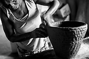 Popula&ccedil;&otilde;es Tradicionais quilombolas de Alc&acirc;ntara no Maranh&atilde;o.<br /> <br /> Artesans : Maria dos Anjos de Jesus de 62 anos ,de blusa sem manga preto e branca fazendo panelas grande, Angela Cristina de Jesus, 45 anos , trabalhando pr&oacute;ximo a janela, blusa roxa e Elo&iacute;sa In&ecirc;s de Jesus de 61 ano , blusa de flor, detalhes m&atilde;o).<br /> <br /> A comunidade Itamatatiua situa-se a cerca de 50 quil&ocirc;metros da cidade de Alc&acirc;ntara e possui aproximadamente 200 fam&iacute;lias.  A comunidade j&aacute; &eacute; certificada pela funda&ccedil;&atilde;o Palmares como quilombola e atualmente (mar&ccedil;o de 2015) o processo de titula&ccedil;&atilde;o encontra-se em andamento. A comunidade n&atilde;o est&aacute; na regi&atilde;o que foi tomada pela Base Espacial de Lan&ccedil;amento.