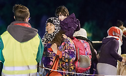 27.09.2015, Grenzübergang, Salzburg, AUT, Fluechtlingskrise in der EU, im Bild Flüchtlinge warten an der Grenze zu Deutschland und schlafen am Boden oder in Zelten, eine Mutter mit Kind auf den Schultern // Refugees wait on the border to Germany and to sleep on the ground or in tents, a mother with a child on the shoulders. Thousands of refugees fleeing violence and persecution in their own countries continue to make their way toward the EU, border crossing, Salzburg, Austria on 27.09.2015. EXPA Pictures © 2015, PhotoCredit: EXPA/ JFK