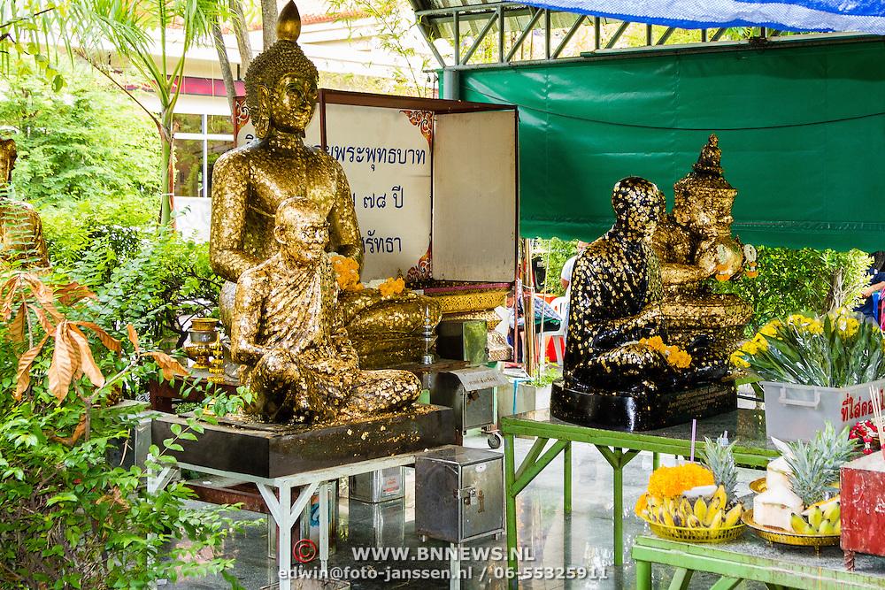 THA/Bangkok/201607111 - Vakantie Thailand 2016 Bangkok, Gouden Buddha beelden in de Wat Arun Tempel in Bangkok
