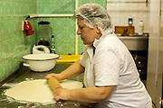 Mitarbeiterin bei der Vorbereitung einer  Spezialität aus Georgien (Teig gefüllt mit Schafskäse) in der Küche des Ethnocatering Service in Prag.