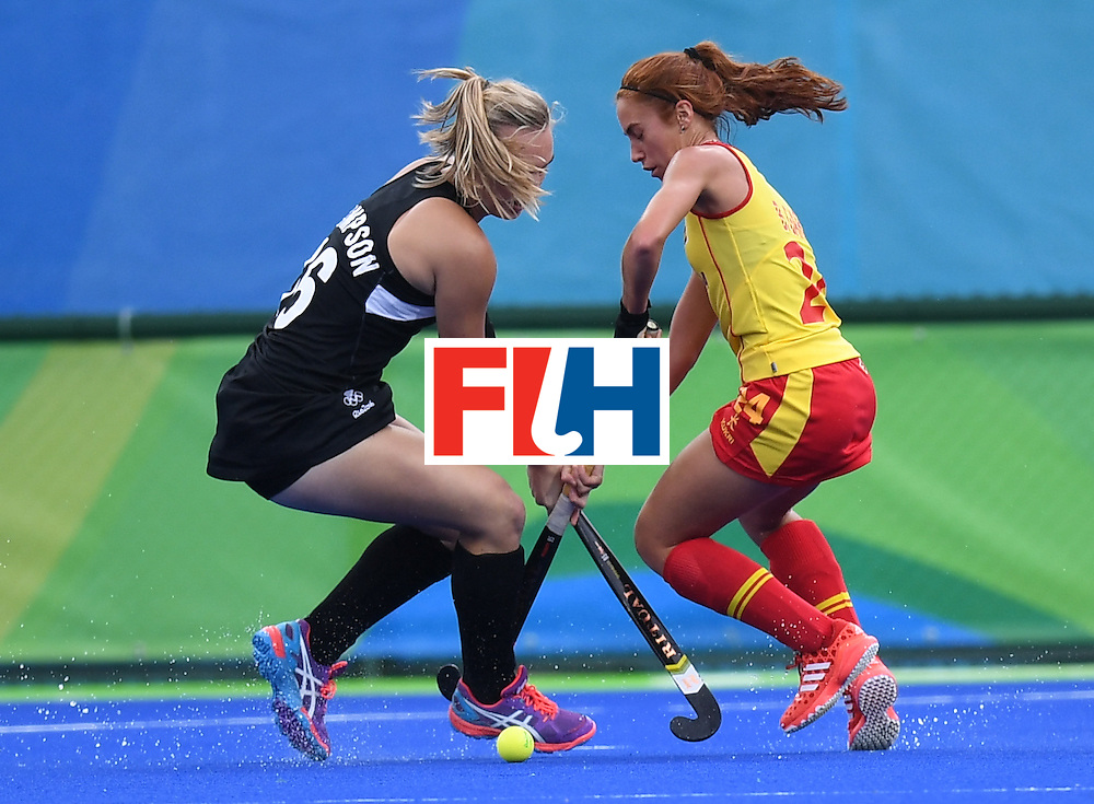 Spain's Begona Garcia vies for the ball with New Zealand's Liz Thompson during the women's field hockey Spain vs New Zealand match of the Rio 2016 Olympics Games at the Olympic Hockey Centre in Rio de Janeiro on August, 10 2016. / AFP / MANAN VATSYAYANA        (Photo credit should read MANAN VATSYAYANA/AFP/Getty Images)