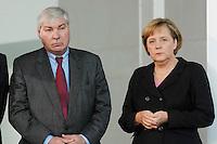 """16 OCT 2006, BERLIN/GERMANY:<br /> Michael Sommer (L), Vorsitzender Deutscher Gewerkschaftsbund, DGB, und Angela Merkel (R), CDU, Bundeskanzlerin, waehrend einer Pressekonferenz nach dem Spitzengespraech """"Familie und Wirtschaft"""" der Bundeskanzlerin mit der Impulsgruppe der """"Allianz für die Familie"""", Bundeskanzleramt<br /> IMAGE: 20061016-01-019<br /> KEYWORDS: Spitzengespräch"""