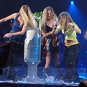 NLD/Amsterdam/20060312 - Nationaal Songfestival 2006, borden gooien door Treble