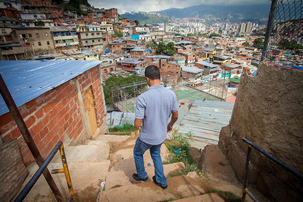 Un joven del programa Casa Universitaria Padre Alberto Hurtado (CUPAH) camina en el Barrio San Miguel de La Vega. Caracas, Nov. 08, 2013 (Foto/Ivan Gonzalez)