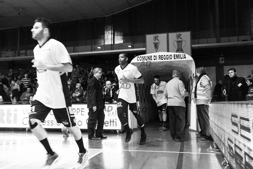 Ingresso in campo. <br /> Caserta &egrave; l&rsquo;unica citt&agrave; del sud a vantare un titolo nella pallacanestro agli inizi degli anni 90, al tempo Phonola Caserta, oggi Pasta Reggia Caserta. Dopo essere praticamente scomparsa alla fine degli anni 90 &egrave; ricomparsa nel 2003 iscrivendosi in serie B e nel 2008 &egrave; tornata in serie A.<br /> Dopo cinque sconfitte consecutive la Pasta Reggio di Caserta vince a Reggio Emilia un incontro intenso e vibrante al termine del tempo supplementare. A 30&rdquo; dalla fine era sotto di tre punti, Prima Putney fa un canestro da 3 punti e poi a 2&rdquo; il nuovo arrivato Diawara segna il punto della vittoria.