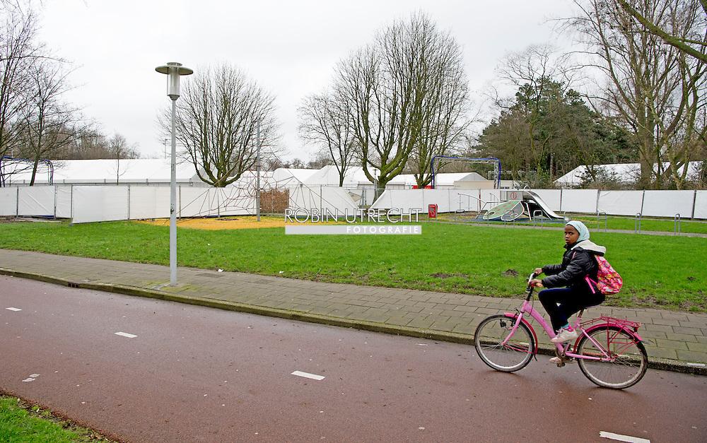 ZAANDAM - vluchtelingen opvang in zaandam  witte tenten kamp van de coaopvangkamp voor asielzoekers en vluchtelingen in het Burgemeester in het  Veldpark  . copyright robin utrecht