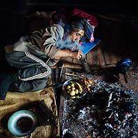 HSSU 20150409 TNLA kapinallisryhmä Shanin osavaltiossa, Myanmar. Ooppiumin käyttäjä kuvattuna talon sisällä. Kuva: Benjamin Suomela