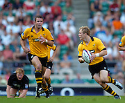 20040904 London Wasps v Saracens. Zurich Premiership..Wasp's on a quick counter attack, though Josh Lewsey and supported [left] by Joe Worsley.Photo  Peter Spurrier.email images@intersport-images Mob +447973819551.