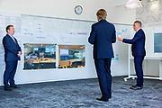 Koning Willem Alexander tijdens een werkbezoek aan UWV in Amsterdam. UWV draagt zorg voor de uitvoering van de werknemersverzekeringen, zoals de WW, WIA, WAO, WAZ, Wazo en Ziektewet.