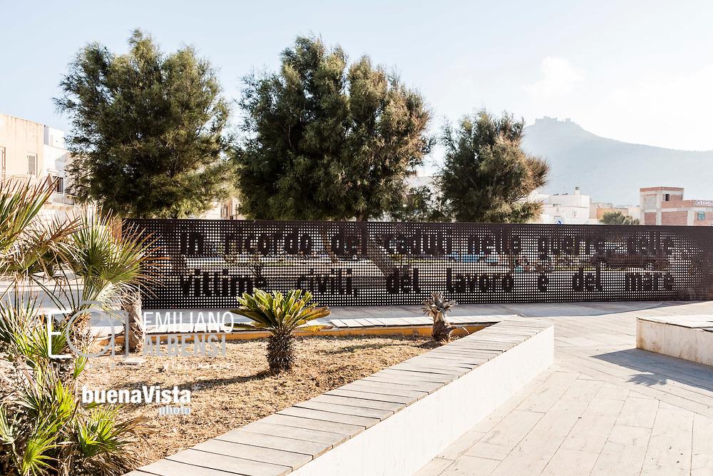 Favignana, Sicilia, Italia, 2016<br /> Monumento ai caduti delle guerre sul lungomare di Favignana.<br /> <br /> Favignana, Sicily, Italy, 2016<br /> Memorial to the fallen in war on the seafront of Favignana, Aegadian Islands.