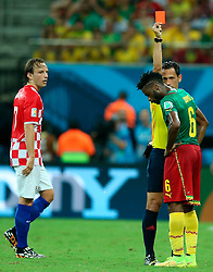 19.06.2014, Arena da Amazonia, Manaus, BRA, FIFA WM, Kamerun vs Kroatien, Gruppe A, im Bild Red card for Alexandre Song from referee Pedro Proenca // during Group A match between Cameroon and Croatia of the FIFA Worldcup Brasil 2014 at the Arena da Amazonia in Manaus, Brazil on 2014/06/19. EXPA Pictures © 2014, PhotoCredit: EXPA/ Pixsell/ Sanjin Strukic<br /> <br /> *****ATTENTION - for AUT, SLO, SUI, SWE, ITA, FRA only*****