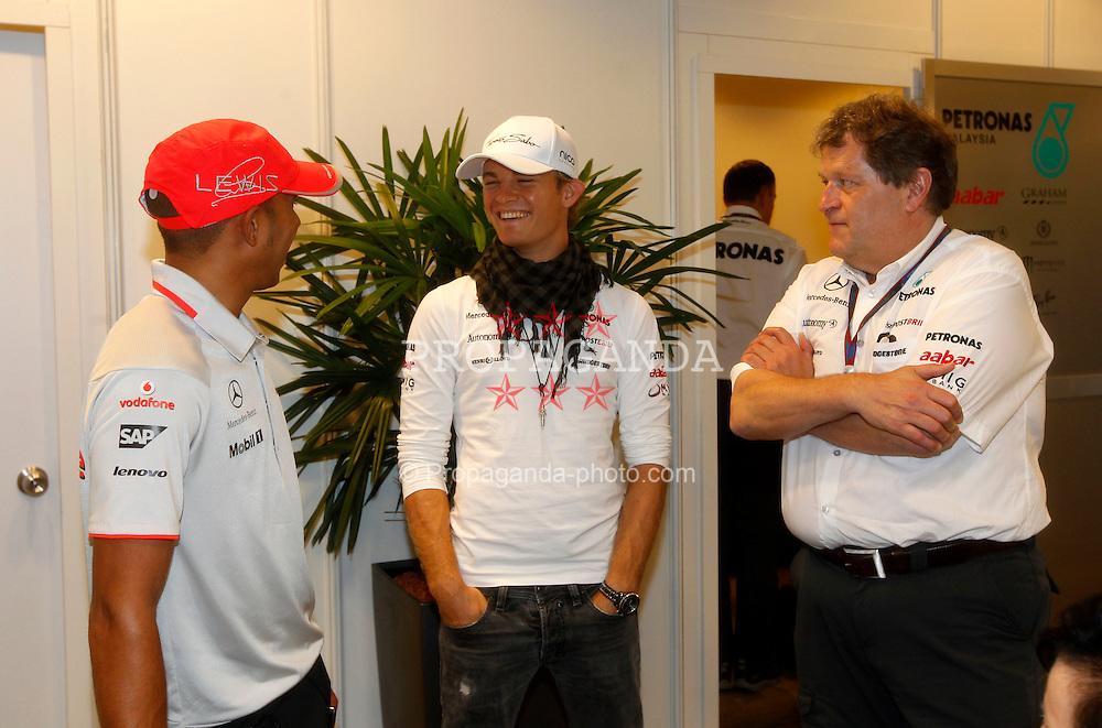 Motorsports / Formula 1: World Championship 2010, GP of Singapore, 02 Lewis Hamilton (GBR, Vodafone McLaren Mercedes), 04 Nico Rosberg (GER, Mercedes GP Petronas), Norbert Haug (GER, Mercedes GP Petronas),