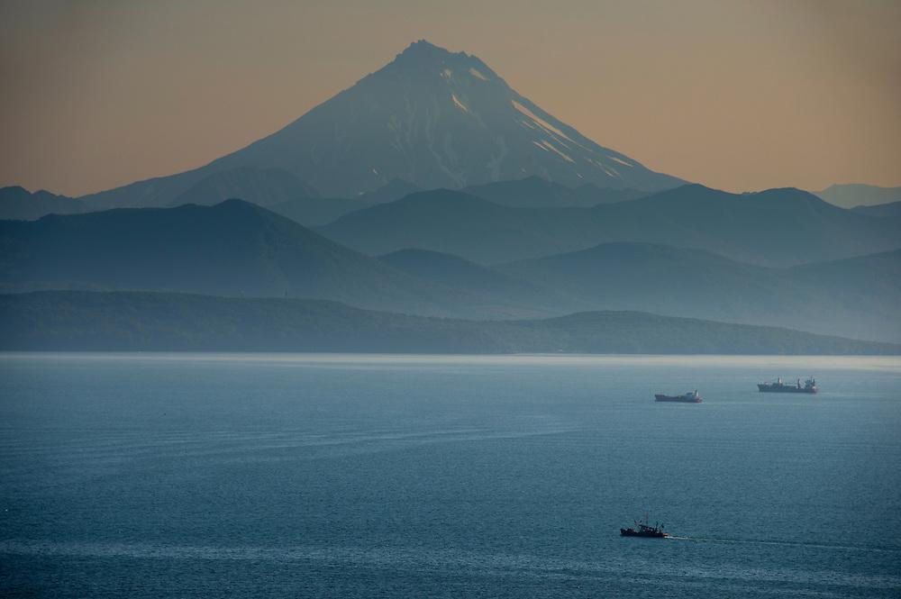 Die Avacha Bucht vor Petropavlovsk-Kamchatsky nach Sonnenuntergang