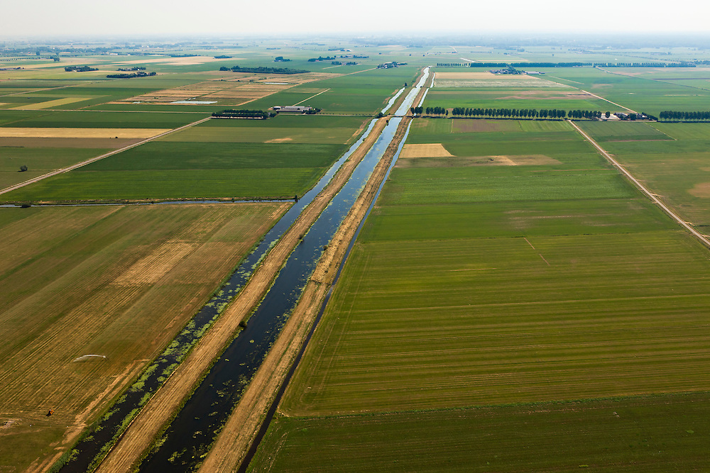 Nederland, Noord Brabant, Gemeente Lith, 08-07-2010. Hertogswetering ten noordoosten van Den Bosch (ook: Roode Wetering), belangrijk voor het draineren van het oude overstroomgebied van de Maas. Tot in de jaren '40 van de vorige eeuw liep in dit gebied de traverse van de Beerse Maas (Beersche Maas) ook wel genaamd Beerse Overlaat..Hertogswetering northeast of Den Bosch (also Roode Wetering), important for the draining of the old basin of the Meuse. Until the 40s of the last century this area belonged to the traverse of the Beerse Maas or Beers Spillway..luchtfoto (toeslag), aerial photo (additional fee required).foto/photo Siebe Swart