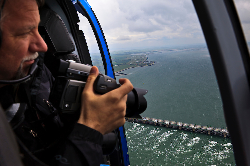 Nederland, Zuid-Holland, Rotterdam, 13-05-20011; fotograaf Ed Burtynsky aan het werk voor zijn project 'Water', luchtfoto's van Oosterscheldekering. .Photographer Ed Burtynsky makes aerial view of the Easter Scheldt Storm Surge barrier for his project 'Water '..luchtfoto (toeslag), aerial photo (additional fee required).foto/photo Siebe Swart