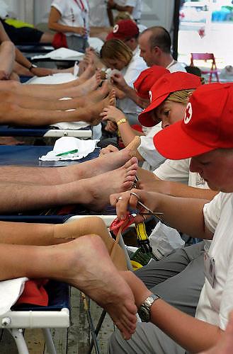 Nederland, Nijmegen, 15-7-2003<br /> Vrijwilligers van het rode kruis prikken blaren bij een vierdaagse loper. 4daagse, 4-daagse. Wandelsport, voeten, blaar. huid.<br /> Foto: Flip Franssen/Hollandse Hoogte